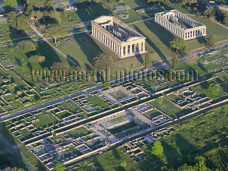 Aerial view of an ancient greek city, archeological site, Paestum, Campania, Italy. VEDUTA AEREA foto.